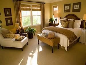 Decoration small master bedroom decorating ideas for Small master bedroom ideas for decorating