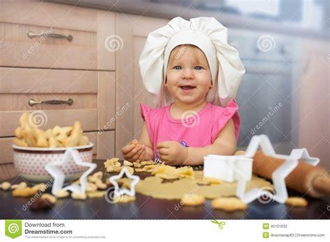 recherche chef de cuisine chef de petit enfant faisant cuire des biscuits dans la