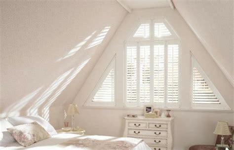 aus alt mach neu badezimmer dreiecksfenster verdunkeln fenster rollos und