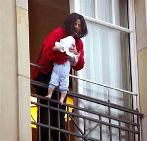 """Michael Jackson & """"Blanket"""" Jackson Balcony Incident ..."""