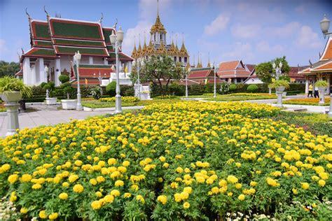 กทม.ประยุกต์ลายไทยเป็นพรมดอกไม้ประดับย่านราชดำเนิน
