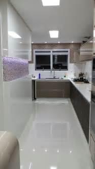 bar stool kitchen island cozinha destaque para o painel em laca branca e