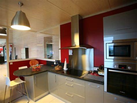 cuisine moderne avec mur peint en et verri 232 re int 233 rieur on aper 231 oit un plan de travail