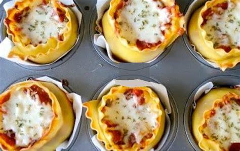 cuisiner la courgette garnit un moule à muffin avec des lasagnes et de la