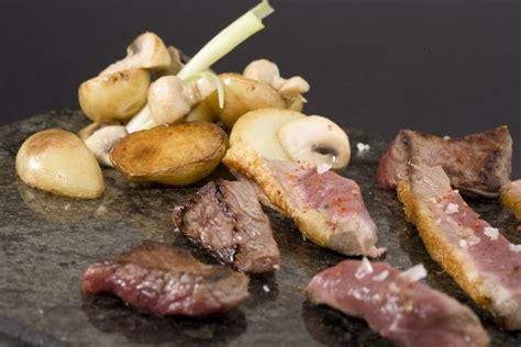 cuisiner la caille recette de plancha de viandes pommes grenailles confites