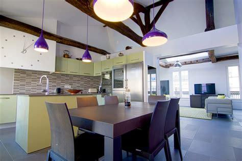 sejour avec cuisine ouverte aménagement appartement sous combles baigné de lumière