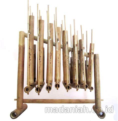 Bermain alat musik yang digoyangkan dan menghasilkan suara akan menjadi kegiatan yang menyenangkan. Alat Musik Tradisional Angklung • Madaniah™