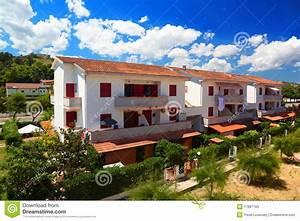 Häuschen Mit Garten : h uschen mit drei wei mit garten und terrassen stockfotos ~ Lizthompson.info Haus und Dekorationen