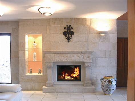 cuisine blanche ouverte sur salon cheminée de style louis xiv en decoration de maison