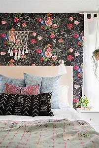ide papier peint chambre prnom et rayures au mur trs With chambre bébé design avec coussin a fleurs