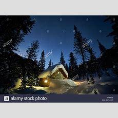 Kleines Häuschen In Einem Schönen Schnee Wald Am Mond