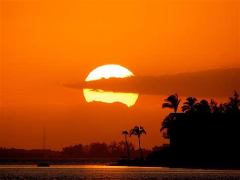 مجموعة صور غروب الشمس على البحر  صورة وكلمة