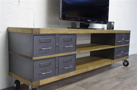 meuble tv à roulettes industriel meuble tv m 233 tal et bois tiroirs