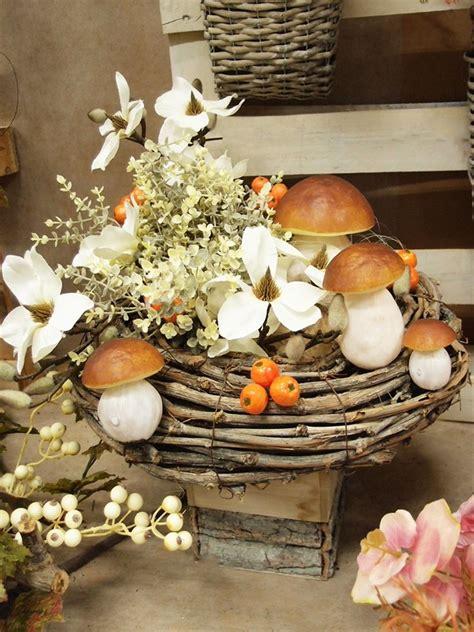 Disporre di fiori secchi per comporre noi stessi delle decorazioni è molto semplice. Arredare casa in autunno con composizioni di fiori artificiali e frutta autunnale decorativa ...