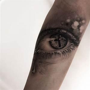 Kreuz Tattoo Arm : kreuz in tr nenreichem auge tattoo am arm von niki norberg ~ Frokenaadalensverden.com Haus und Dekorationen