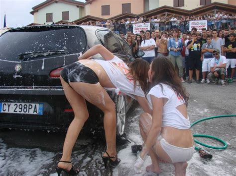 Autolavaggio Con Due Sexy 'lavatrici Cè Già La Coda
