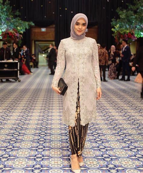 Simak 40 model kebaya muslim yang tak perlu berlebihan dengan aksesori tambahan, cukup kenakan dress dengan model brokat model kebaya yang modern memang cocok diaplikasikan saat kondangan, baik yang memakai hijab. Kebaya hijab   Pakaian wanita, Model baju wanita, Gaya ...