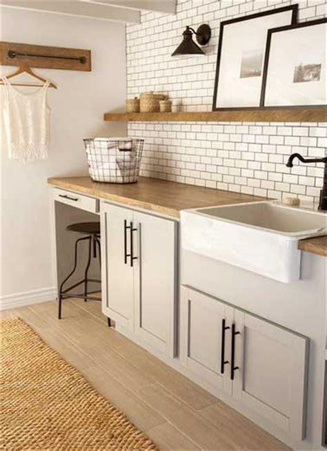 cuisine avec carrelage metro carrelage métro et etagères bois dans une cuisine vintage