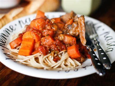 cuisiner un jarret de veau jarret de veau entier mijoté aux tomates et aux agrumes
