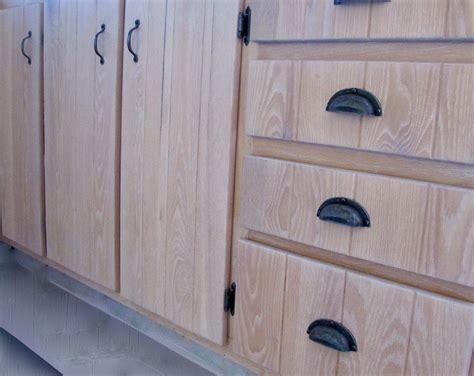 armoire de cuisine en pin restauration d 39 armoire de cuisine en bois la boite à pin