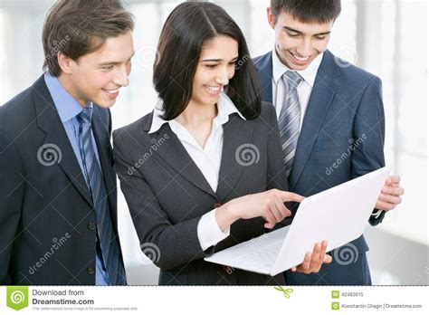 affaire de bureau gens d 39 affaires discutant dans un couloir de bureau image
