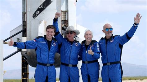 bezos branson mungkin tidak mendapatkan status astronot resmi setelah faa mengubah kebijakan