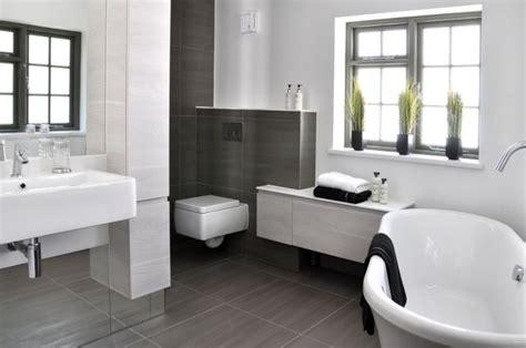 Moderne Kleine Badezimmer Bilder by Badezimmer Bilder Modern Graue Wand Bodenfliesen Badewanne