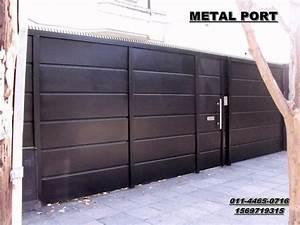 portones corredizos de metal y madera con puerta