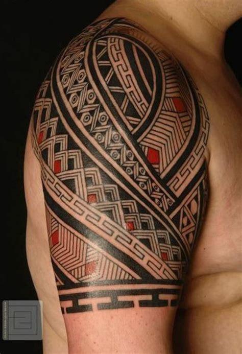 tatuajes brazo tatuaje maori  hombre en rojo  negro
