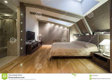 salle de bain dans chambre à coucher chambre à coucher de grenier avec la salle de bains privée