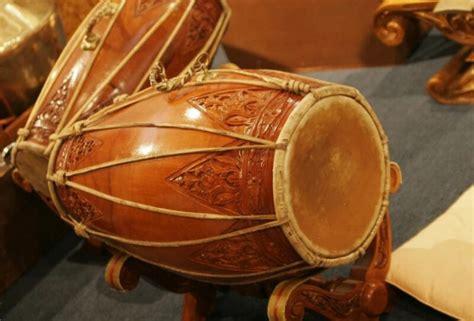 Aerofon adalah alat musik yang sumber bunyinya berasal dari hembusan udara pada rongga. Pengertian Alat Musik Ritmis Lengkap Beserta Contoh dan Fungsinya