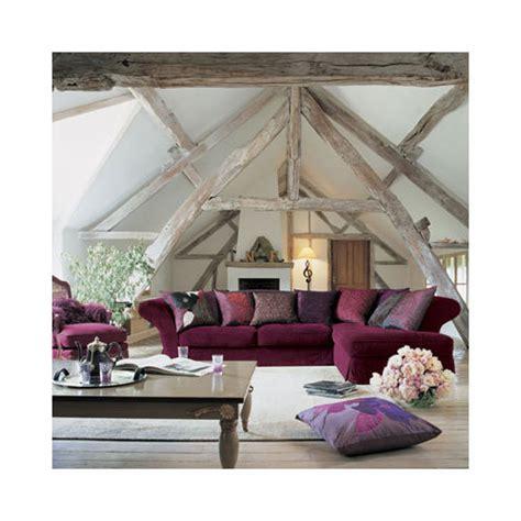 canapé couleur prune couleur mur et sol autour de canapé prune