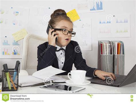 le bureau fille fille perplexe d 39 affaires dans le bureau photo stock