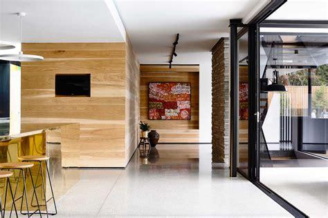 maison contemporaine design toit plat toute grise cuisine mur bois lambris moderne baies vitrees