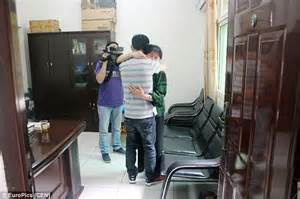 Chinese man reunited with mother 29 years later | Daily ...