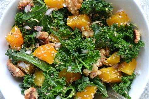 cuisiner le chou frisé salade de chou kale cru et courge butternut rôtie aux noix