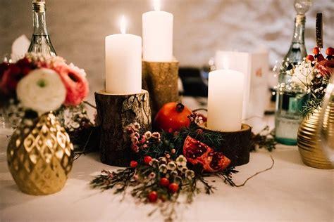 winterliche dekoration mit holz gold und granataepfeln