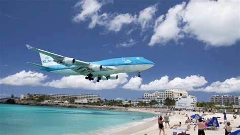 st maarten tourist bureau jet engine blasts tourist to at sint maarten in