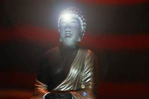 Imagen De Estatua De Buda Con Destellos De Luz