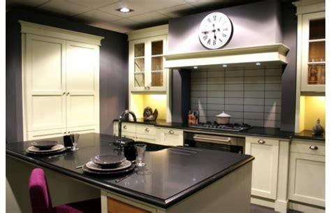 plan central cuisine modèle cottage en chêne laqué ivoire finition usée cuisines traditionnelles argoat cuisines