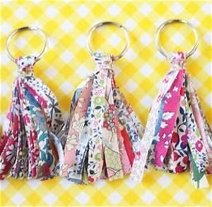 Pompon Porte Clef : porte clef pompon en liberty pop couture ~ Teatrodelosmanantiales.com Idées de Décoration