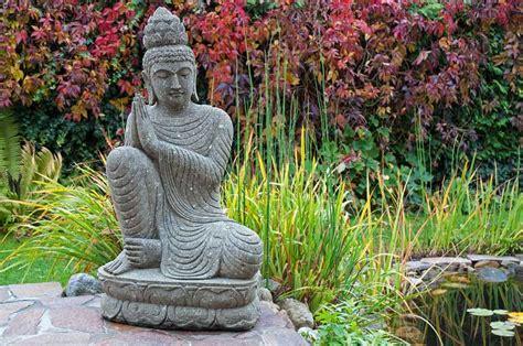 buddha für garten garten buddha am teich wie der natur komponiert