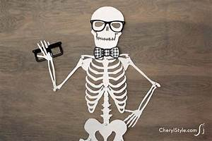 Printable skeleton door décor - Everyday Dishes