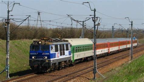 op 243 źnienia pociąg 243 w na bieżąco przez