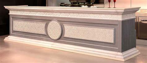 mensole con faretti banco bar canova con rivestimento in legno degart