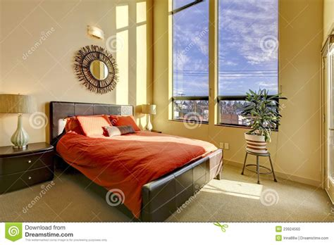 Großes Schlafzimmer Der Hohen Decke Mit Rotem Bett