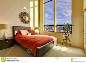 Bett An Der Decke : gro es schlafzimmer der hohen decke mit rotem bett stockfoto bild 23924560 ~ Frokenaadalensverden.com Haus und Dekorationen