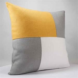 Coussin Gris Et Blanc : coussin design graphique en lin blanc gris et moutarde ~ Melissatoandfro.com Idées de Décoration