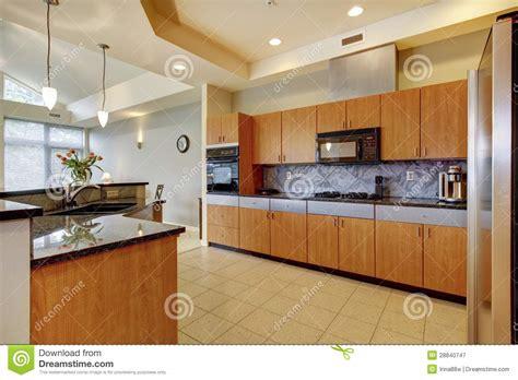 Grande Cozinha De Madeira Moderna Com Sala De Visitas E