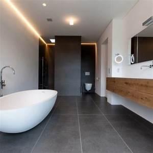 Bad Mit Freistehender Badewanne : badewanne halbrund design idee casadsn ~ Frokenaadalensverden.com Haus und Dekorationen